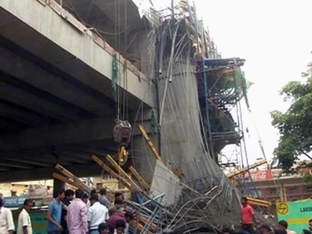 Videos : लखनऊ : निर्माणाधीन मेट्रो पिलर का एक हिस्सा गिरा, 3 घायल