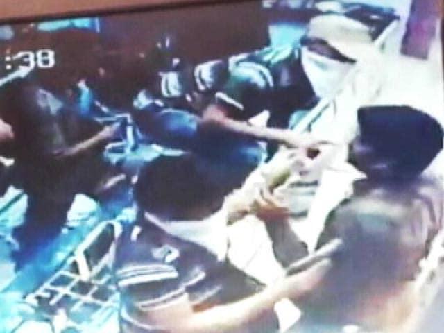 Videos : कैमरे में कैद : दिनदहाड़े पिस्तौल की नोक पर गहनों की दुकान में लूट