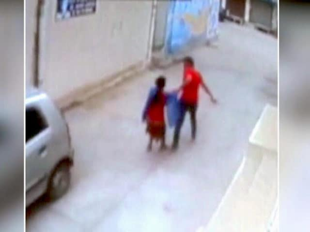 Video : पंजाब : एक शख्स महिला को ऑफिस से दिनदहाड़े खींचकर ले गया, फिर किया रेप