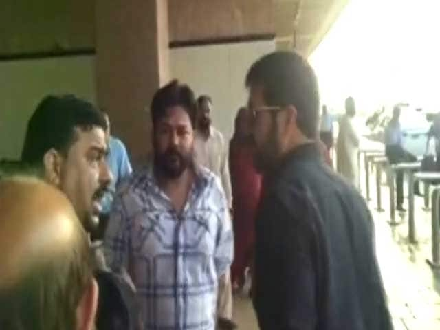 Video : Bajrangi Bhaijaan Director Kabir Khan Heckled At Karachi Airport