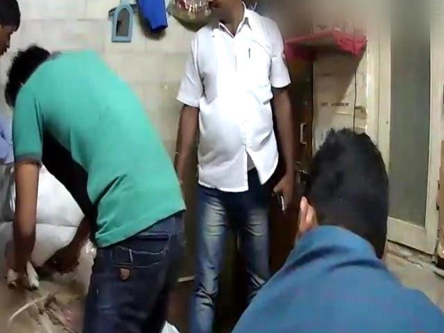 Videos : कैमरे में कैद : कुरियर कंपनी के दफ्तर में कर्मचारी को बेहोश कर लूट लिए ढाई लाख रुपये