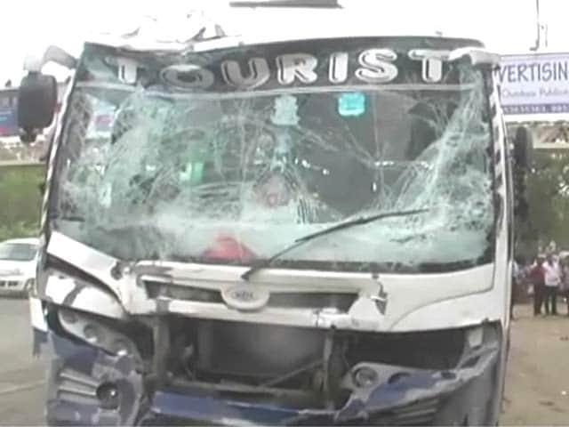 Videos : नोएडा : दो स्कूली बसों की टक्कर की चपेट में आया ऑटो, दो की मौत