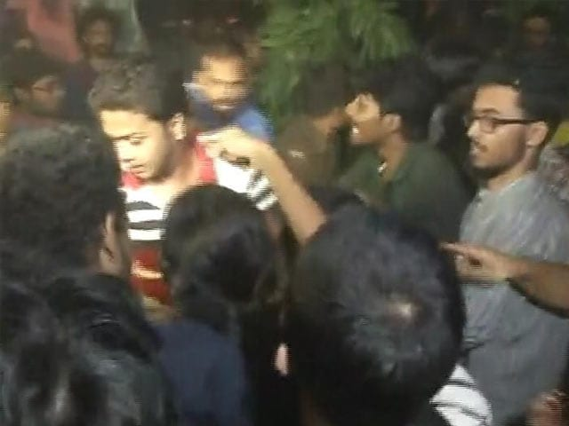 Video : Chaos At Jadavpur University After BJP's Roopa Ganguly Not Allowed in Campus