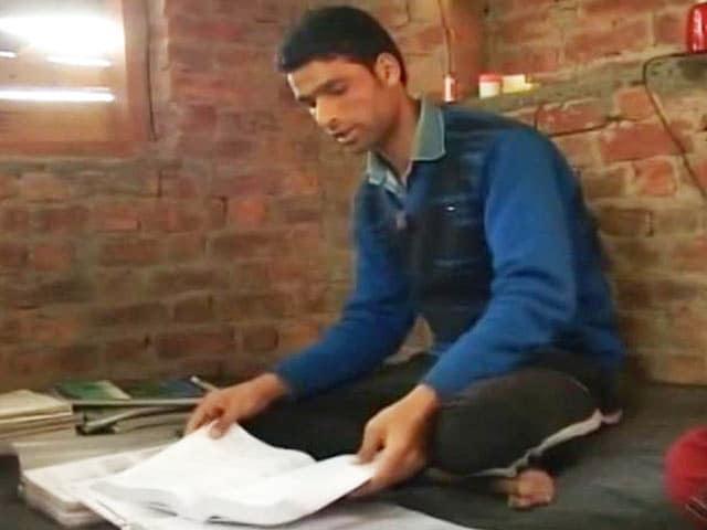 Video : With Help, This 19 Year Old Could Be The First IITian from Kashmir's Shagund