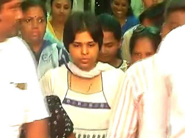 Video : मुंबई : तृप्ति देसाई कड़ी सुरक्षा के बीच हाजी अली दरगाह पहुंची