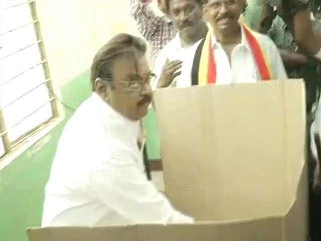 Video : DMDK-PWF Chief Ministerial Candidate Vijayakanth Casts His Vote