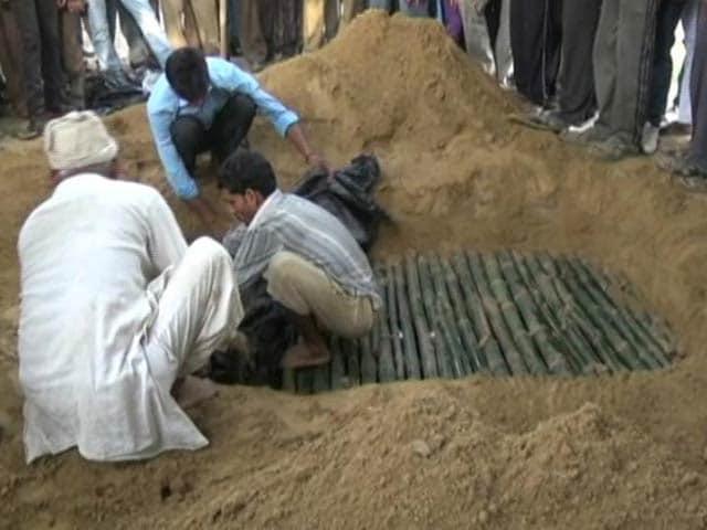 Videos : कन्नौज में अपार्टमेंट से गिरी लड़की का दोबारा होगा पोस्टमार्टम