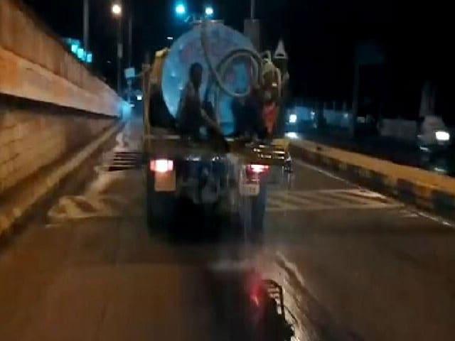 Videos : सूखाग्रस्त अमरावती में सीएम के स्वागत में बहा कई लीटर पानी