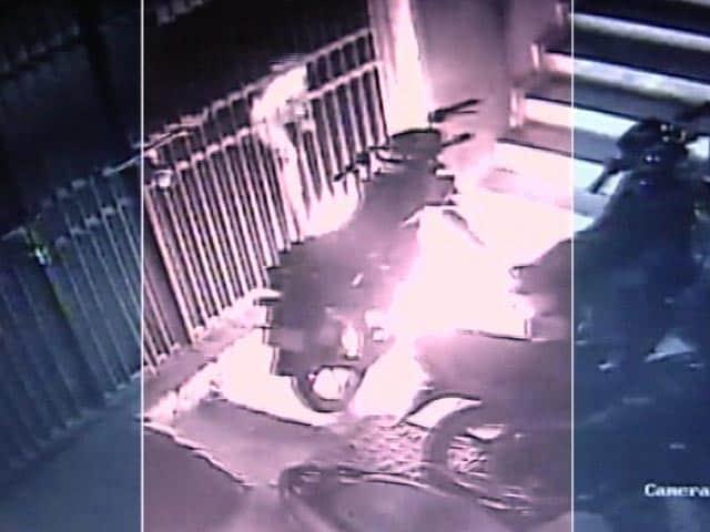 Videos : CCTV में कैद: यह शख्स दूसरों के वाहनों में लगा देता था आग