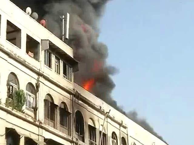 Video : मुंबई के कोलाबा में रीगल सिनेमा के पास बिल्डिंग में भीषण आग