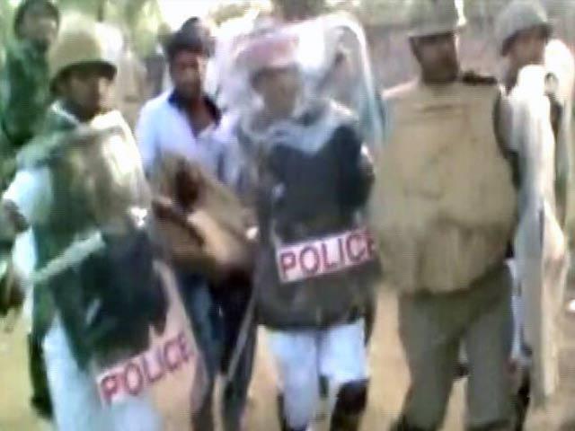 Video : मथुरा : अतिक्रमण हटाने गई पुलिस पर फायरिंग, दो पुलिसवालों समेत 21 की मौत