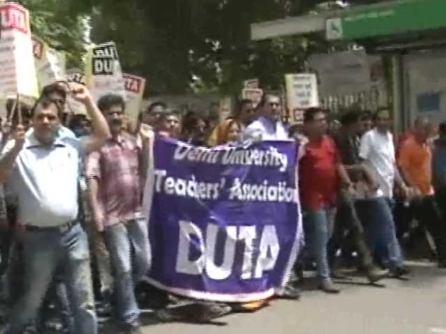 Videos : UGC की नई अधिसूचना का शिक्षकों ने किया विरोध