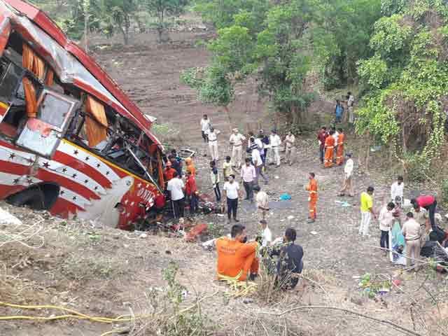 Videos : मुंबई-पुणे एक्सप्रेस वे पर बस ने दो कारों को मारी टक्कर, 17 लोगों की मौत