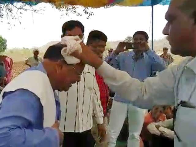 Video : एमपी गजब है! जंगलों की महिमा बताने के लिए मंत्री ने अपने गंजे सिर पर डलवाया पानी