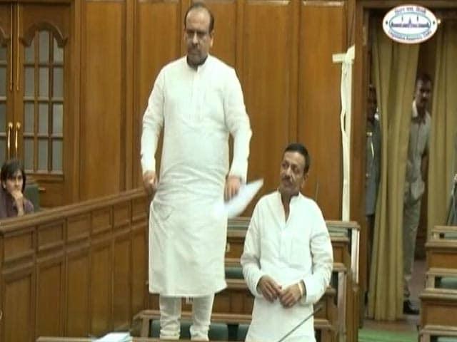 Video : दिल्ली विधानसभा में टेबल पर चढ़ गए बीजेपी विधायक विजेंद्र गुप्ता