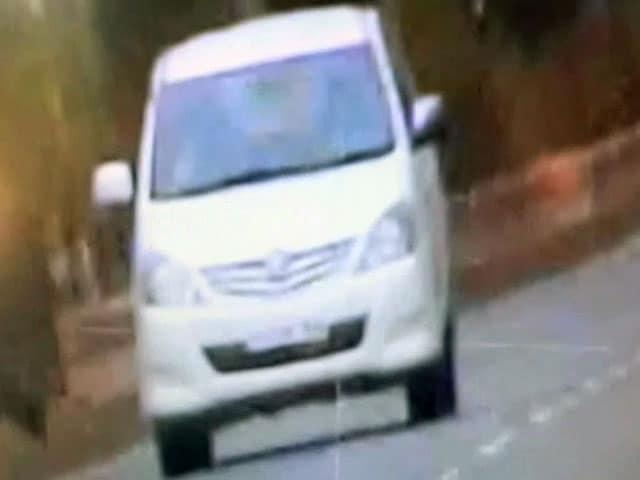 Videos : कैमरे में कैद : जोधपुर में बेकाबू इनोवा ने मारी बाइक सवार को टक्कर