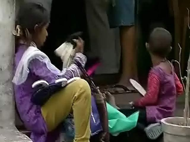 Videos : दिल्ली - CP के रेस्त्रां में इन बच्चों को अंदर आने से रोका गया..