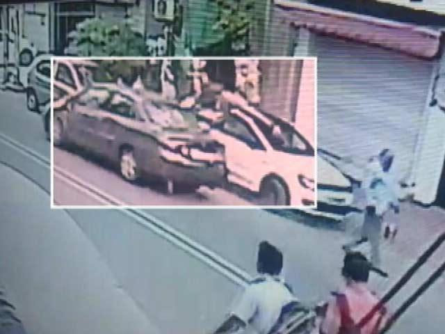 Videos : दिल्ली के जनकपुरी इलाके में स्टूडेंट ने कार से तीन को टक्कर मारी, दो लोगों की मौत
