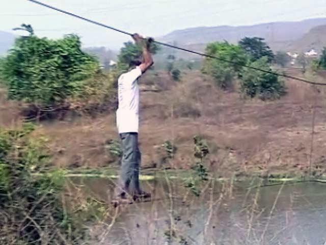 Videos : रायगढ़ : जान हथेली पर रखकर रस्से के सहारे नदी पार करते हैं बेंडसे गांव के लोग