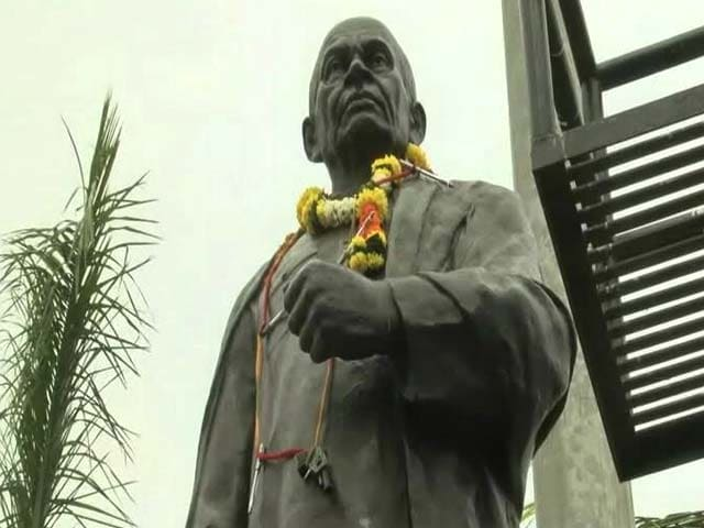 Video : Former Top Cop Vanzara Garlands Sardar Patel's Statue With Pen, Toy Gun