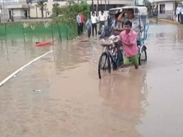 Video : दिल्ली में झमाझम बारिश, तपती गर्मी से मिली राहत