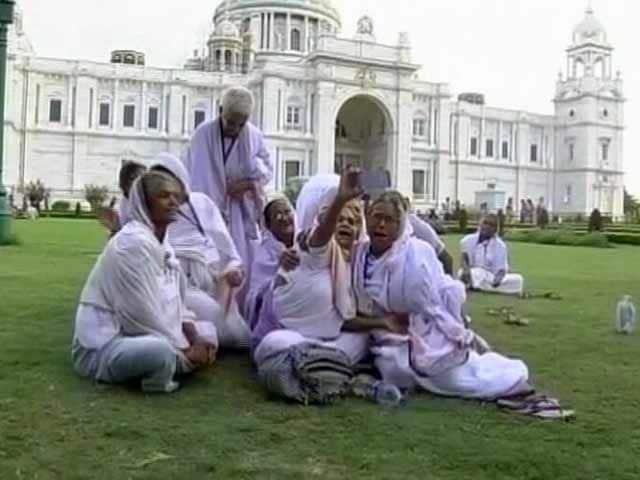 Videos : विश्व विधवा दिवस : वृंदावन की इन विधवाओं के लिए ख़ास रहा ये दिन