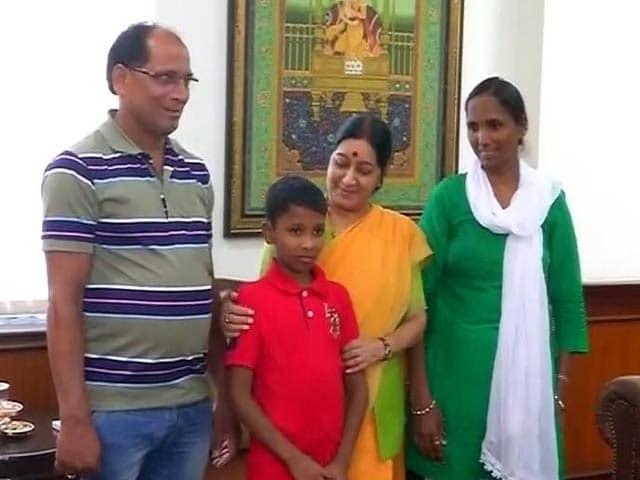 Video : 6 साल बाद भारत लौटा सोनू, सुषमा स्वराज ने गले लगाया