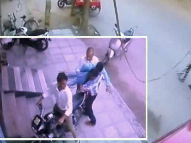 Videos : दिल्ली में दो लड़कों ने पीट-पीटकर की नाबालिग़ लड़के की हत्या