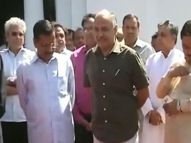 Videos : न्यूज प्वाइंट : राजेंद्र कुमार की गिरफ्तारी की टाइमिंग पर 'आप' का सवाल