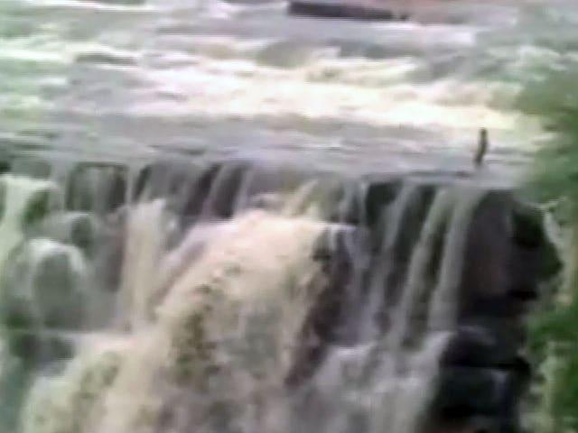 Video : MP: रीवा में वॉटर फ़ॉल में फंसी ज़िंदगी, एक की डूबने से हो गई मौत