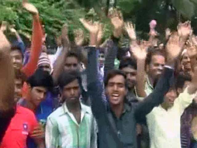 Videos : ईद पर शाहरुख, सलमान की एक झलक पाने पहुंचे उनके फैन्स