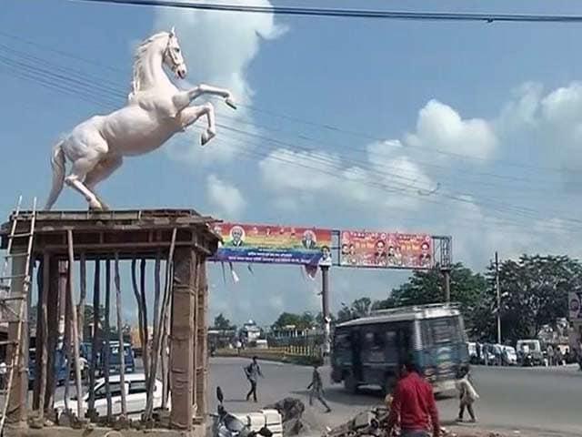 Videos : घोड़े 'शक्तिमान' की प्रतिमा लगा कर हटाई गई