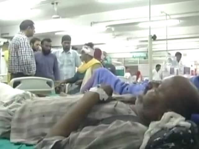 Video : Kashmiris Defy Curfew To Help Amarnath Pilgrims Injured In Bus Accident