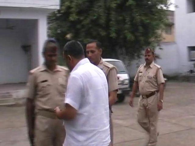 Videos : कैमरे में कैद : बसपा के पूर्व सांसद की जेल से रिहाई पर पुलिसवालों को बांटे पैसे