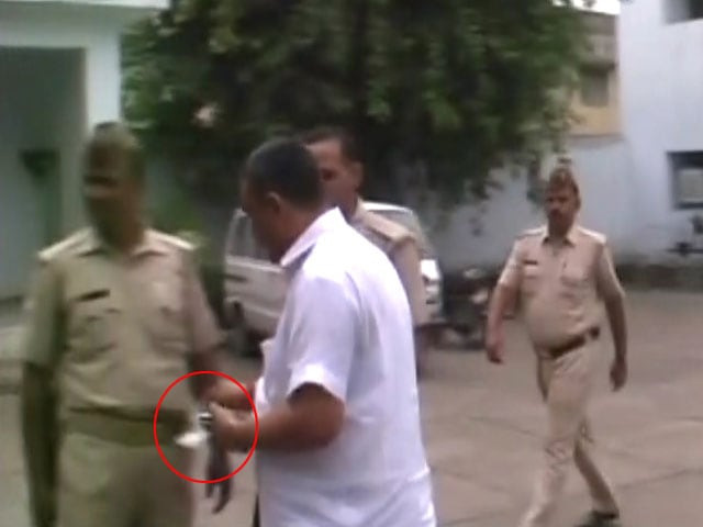 Video : Ghaziabad Cops Seen Accepting 'Tip' From Former Lawmaker's Aide