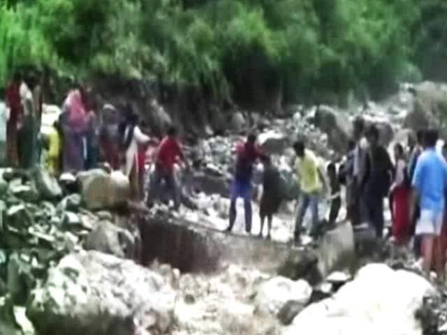 Videos : टिहरी में जान हथेली पर रखकर रास्ता पार करते लोग