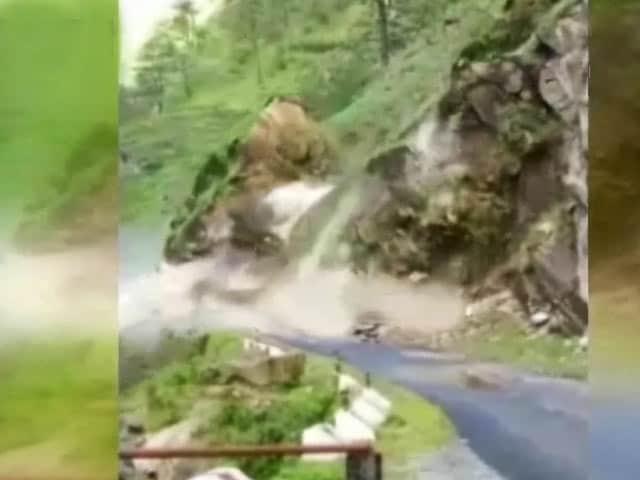 Videos : कैमरे में कैद : उत्तराखंड में भारी बारिश से भरभरा कर गिर पड़ा पहाड़