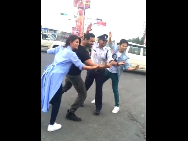 Video : How <i>Dishoom</i> Stars Stopped Traffic With Indore's Dancing Cop