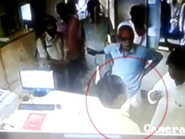Videos : बिहार : बलरामपुर से भाकपा विधायक की दबंगई, बैंक मैनेजर को मारा थप्पड़