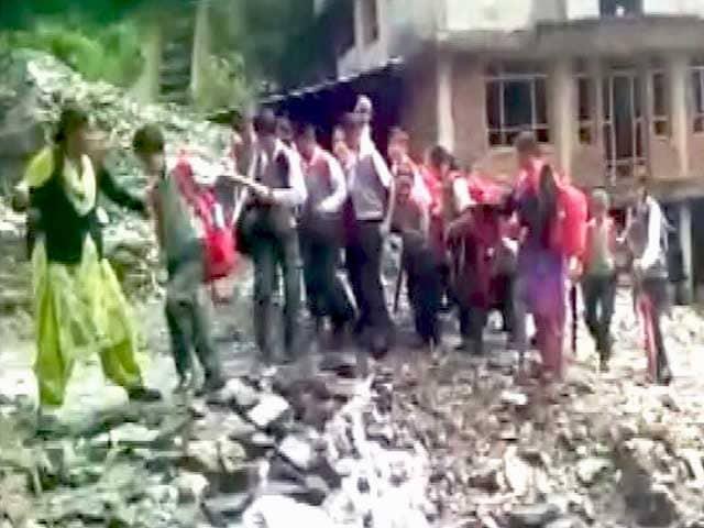 Videos : शिमला में बारिश ने स्कूली बच्चों की मुसीबत बढ़ाई