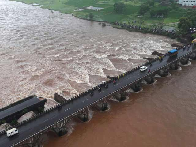 Video : 2 Dead, 20 Missing As British-Era Bridge On Mumbai-Goa Highway Collapses