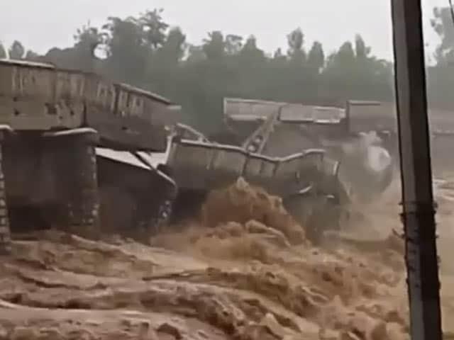 Videos : हिमाचल में ढहा 1972 में बना पुल, लोगों ने मोबाइल से वीडियो बनाया
