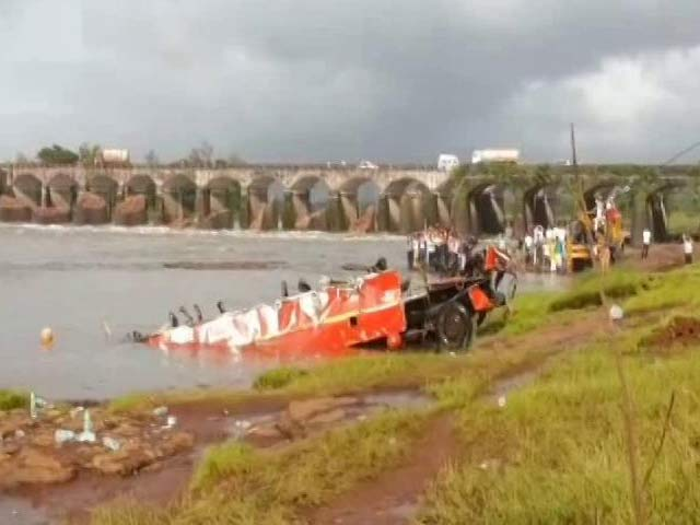 Video : Challenged By Crocs, Navy Divers Find Bus Wreckage After Mahad Bridge Collapse