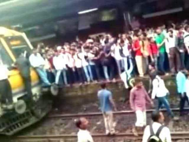 Video : मुंबई : ट्रेन में देरी से गुस्साए यात्रियों ने बदलापुर में ट्रेनों को रोका
