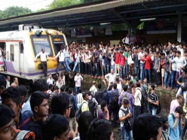 Videos : घंटों बाद बदलापुर से ट्रेनें शुरू, ग़ुस्साए यात्रियों ने रेल रूट बाधित रखा