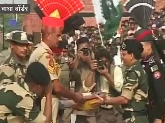 Videos : पाकिस्तान के स्वतंंत्रता दिवस पर वाघा बॉर्डर पर बंटी मिठाई