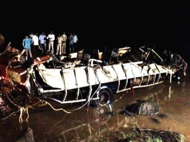 Video : महाराष्ट्र : महाड हादसे में बही दूसरी बस और कार को नदी से निकाला गया