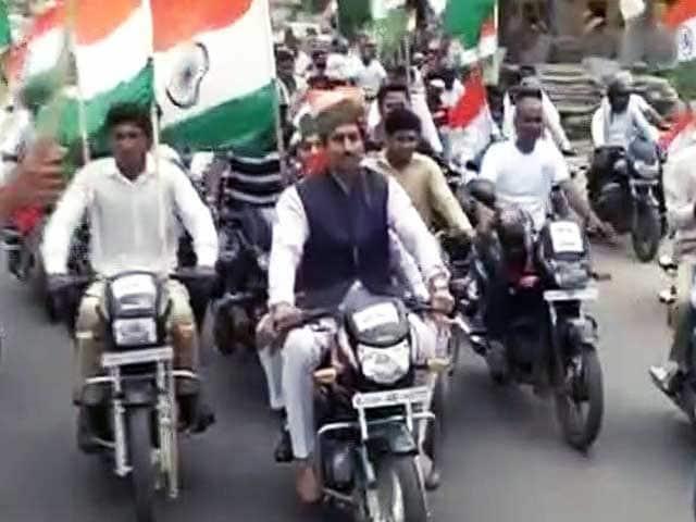 Videos : जयपुर : तिरंगा यात्रा में शामिल हुए राज्यवर्द्धन और पीयूष गोयल