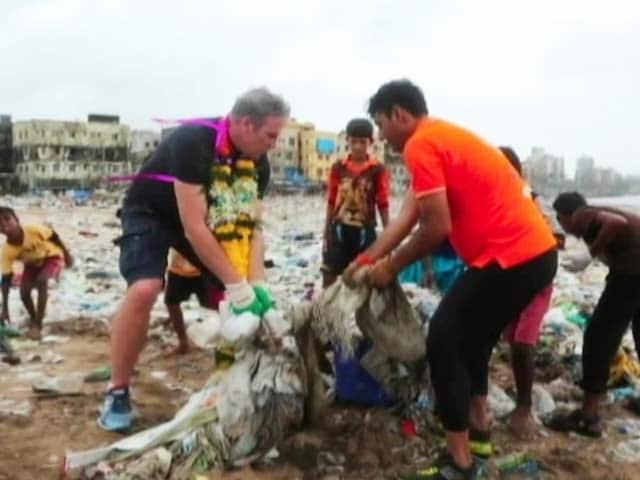 Video : Swachh Mumbai: Biggest Beach Clean Up At Versova, Mumbai