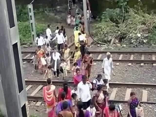 Videos : स्कूली छात्रों के लिए पुल नहीं, रेल मंत्री से लगाई गुहार